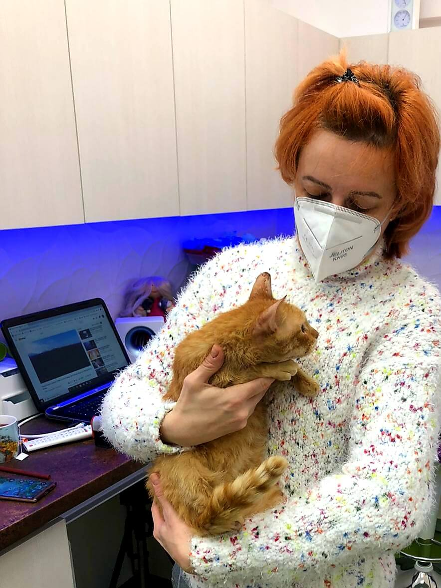 Doctor veterinar stomatolog Raluca Nedelea cu pisica bengaleza